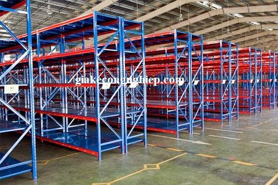 Tính năng của giá kệ sắt trong việc lưu trữ hàng hóa